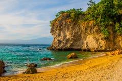 Apo-ö, Filippinerna, sikt på östrandlinje: sand vaggar, havet Royaltyfria Bilder