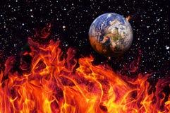 Apocalyps, de aarde door exploderende zon wordt vernietigd die Eind van de Tijd Science fictionart. Elementen van dit beeld stock fotografie