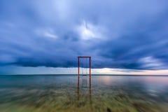 apocalypse Drewniana huśtawka w morzu, Gil Trawangan, Lombok, Ind obraz royalty free
