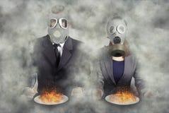apocalypse Ein Paar Gasmasken am Abendessen lizenzfreie stockfotografie