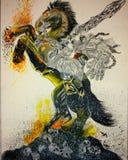 Apocalypsen-Reiter umgeben durch Flammen auf dunklem Pferd stockfotografie