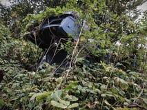 Apocalyptische auto in het bos royalty-vrije stock afbeeldingen