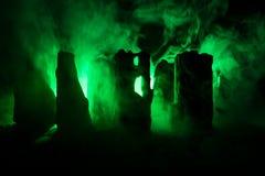 Apocalyptische ruïnes van de stad Rampeneffect De scène van de nacht Stad door oorlog wordt vernietigd die royalty-vrije illustratie