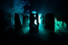 Apocalyptische ruïnes van de stad Rampeneffect De scène van de nacht Stad door oorlog wordt vernietigd die Royalty-vrije Stock Afbeeldingen