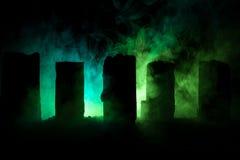 Apocalyptische ruïnes van de stad Rampeneffect De scène van de nacht Stad door oorlog wordt vernietigd die Royalty-vrije Stock Fotografie