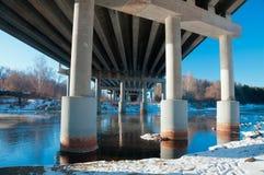 Apoia a ponte sobre o rio Foto de Stock