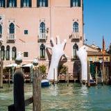 Apoie a escultura por Lorenzo Quinn em Veneza, Itália foto de stock