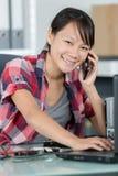 Apoio ao cliente de sorriso do retrato f?mea no telefone fotos de stock royalty free