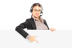 Apoio ao cliente fêmea de sorriso com fones de ouvido e microfone p Fotos de Stock Royalty Free