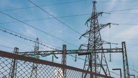 Apoio bonde de uma linha elétrica de alta tensão Subestação atrás da cerca Indústria energética elétrica Produção e video estoque