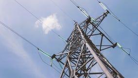 Apoio de alta tensão bonde Fio com os isoladores contra o céu Indústria energética Distribuição e eletricidade filme
