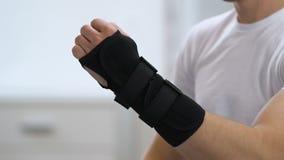 Apoio de pulso vestindo do titã do homem, problemas de saúde comum, inflamação, close-up filme