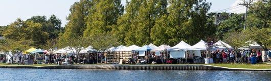 Apoio dos vendedores ao lago na feira local imagens de stock