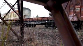 Apoio elétrico oxidado no fundo de um trem de passageiros filme