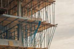 Apoio na construção com rede de segurança foto de stock