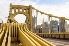 Apoios amarelos da ponte Imagens de Stock