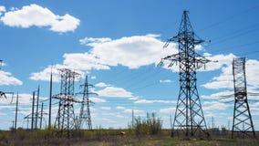 Apoios da linha elétrica Indústria energética Fios de alta tensão Energia limpa renovável Transporte da eletricidade Dia ensolara video estoque