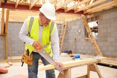Apoios de Cutting House Roof do carpinteiro no terreno de construção Foto de Stock