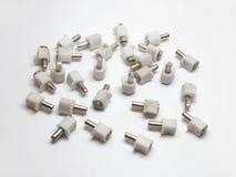 Apoios de prateleira, combinados dos pinos de metal e das peças plásticas com Fotografia de Stock Royalty Free