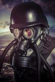Apokalyps nukleär katastrof, man med gasmasken, skydd royaltyfri foto