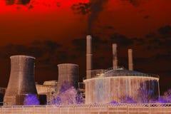 Apokalyptische Ansicht der Chemiefabrik ?lbarrel und Weltkarte lizenzfreies stockfoto