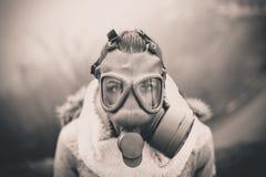 Apokalyptischer Überlebender des Postens in der Gasmaske ABFLUSSRINNEN-Gasmaske der Frau Atmungs, Gesundheit in der Gefahr Konzep lizenzfreie stockfotos