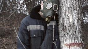 Apokalyptischer ?berlebender des Postens in der Gasmaske stock video