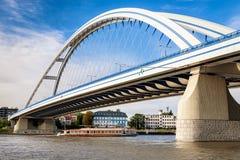 Apollo-brug over de rivier van Donau in Bratislava, Slowakije Stock Afbeeldingen