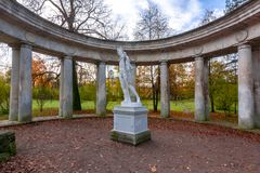 Apollo Collonade in Pavlovsk park in daling, St. Petersburg, Rusland royalty-vrije stock afbeelding