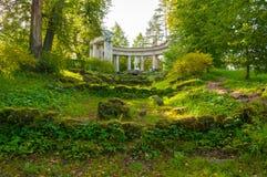 Apollo Colonnade al territorio del parco di Pavlovsk in Pavlovsk, St Petersburg, Russia fotografia stock