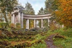 Apollo Colonnade i Pavlovsk parkerar i hösten, St Petersburg, Ryssland Arkivbild