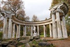 Apollo Colonnade nel parco Russia di Pavlovsk immagine stock
