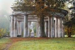 Apollo Colonnade no parque no outono, St Petersburg de Pavlovsk, Rússia Foto de Stock Royalty Free