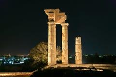 Apollo Temple på akropolen av Rhodes på natten, Grekland Arkivbilder