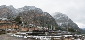 Apollon-Tempel in Delphi unter Schnee stockfotos