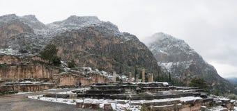 Apollontempel in Delphi onder sneeuw stock foto's
