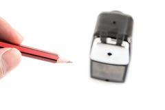 Apontador e lápis colorido isolados no fundo branco imagem de stock