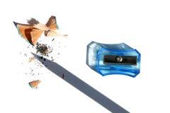 Apontador, lápis que barbeiam e máscara do lápis isolada no fundo branco imagens de stock