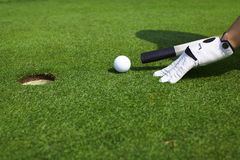 Apontando a esfera de golfe a um furo goste do bilhar Fotografia de Stock