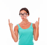 Apontando a mulher moreno com camiseta de alças verde Imagem de Stock
