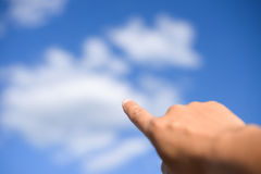 Apontando o dedo acima no céu Fotografia de Stock Royalty Free