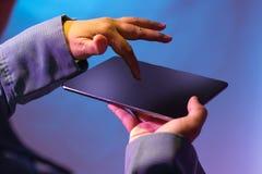 Apontando o dedo na tabuleta digital da posição ascendente imagem de stock