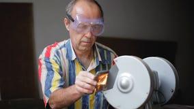 Apontando o machado usando uma máquina de moedura filme