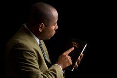 Apontar à Bíblia santamente como a resposta Fotografia de Stock Royalty Free