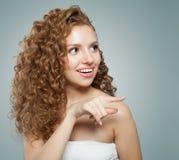 Apontar alegre da jovem mulher E Expressões faciais expressivos imagens de stock