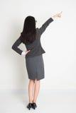 Apontar asiático da mulher de negócio da parte traseira completa do comprimento Foto de Stock Royalty Free