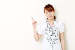 Apontar asiático novo da mulher de negócio Fotografia de Stock Royalty Free