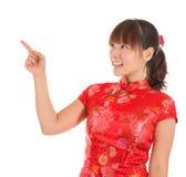Apontar chinês do dedo da menina do cheongsam Fotografia de Stock