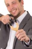Apontar concentrado de sorriso considerável do homem de negócio Fotos de Stock