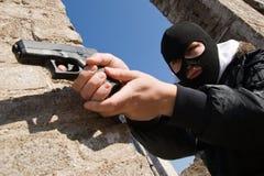 Apontar criminoso armado com uma pistola